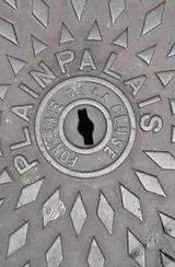 Plaque d'égout avec l'inscription Plainpalais
