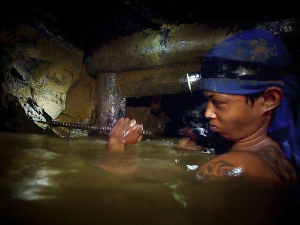 Travailler à la recherche d'or en se baignant Est ce le rève ?