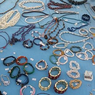Vente de bijoux principalement en pierres et perles