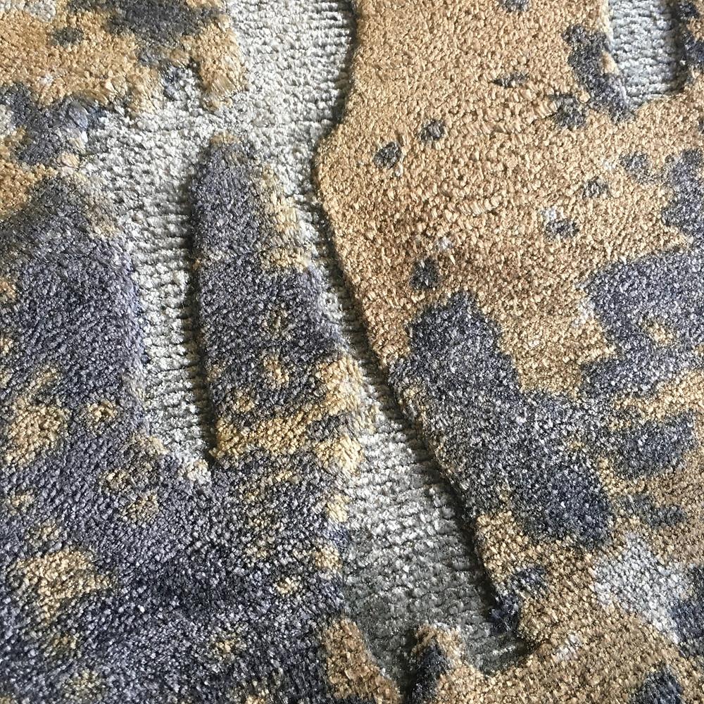 tapis tissé en viscose, motifs imprimés et ciselés