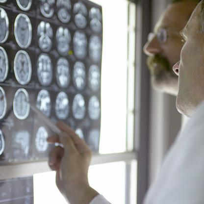 Médecins regardant Rays X-