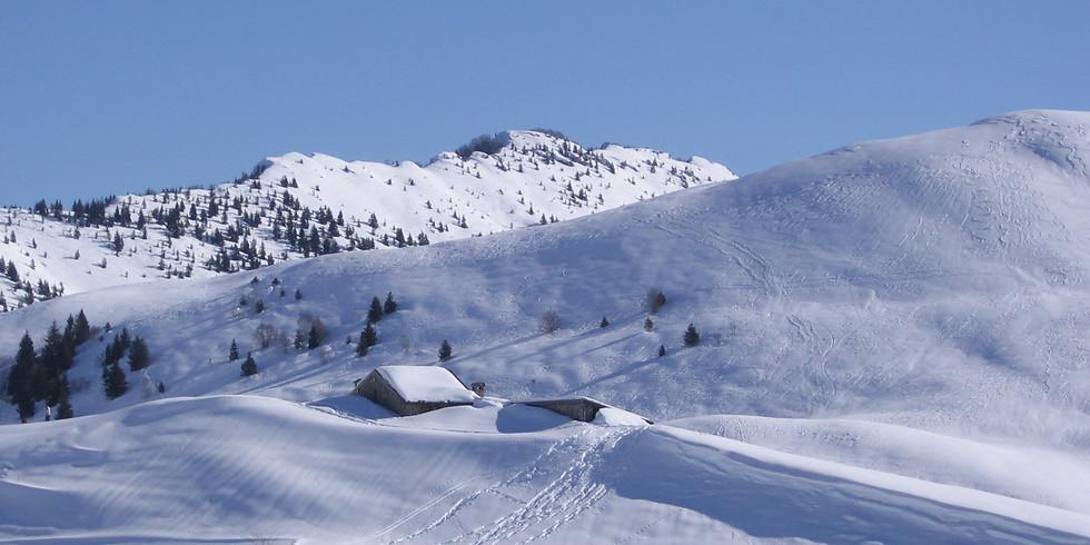 Escursione sulla neve tra alpeggi innevati della Val Camonica