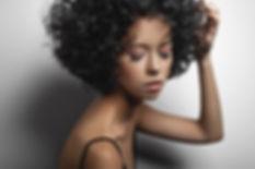 Modèle aux cheveux frisés