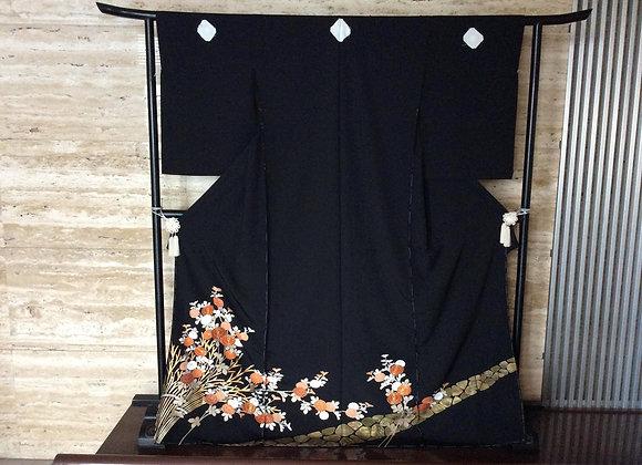 石畳に菊の花 黒留袖