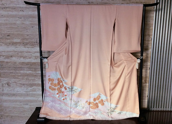 淡いオレンジピンク地に裂取り模様 色留袖