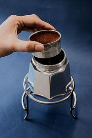 How to prepare coffee with moka pot step1