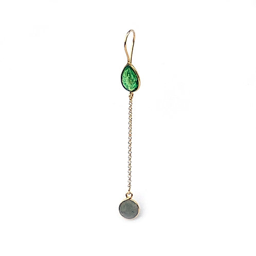 longues boucles d'oreille avec deux pierres, une pierre verte et une labradorite