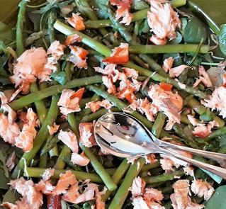 Salade wamrgerookte zalm en asperges