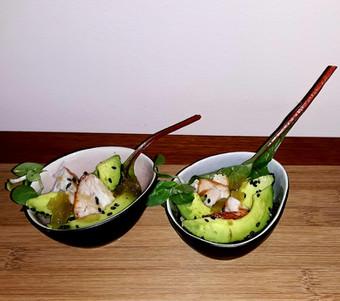 miniatuurbowl warmgerookte zalm & avocado