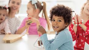 Musicalizar bebês e crianças pequenas conforme a BNCC