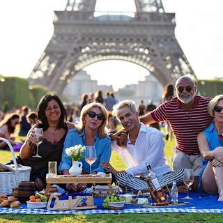Picnic em Paris para Cristina e amigos curtirem o pôr do sol em frente a torre eiffel
