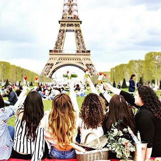 Picnic em Paris entre amigas