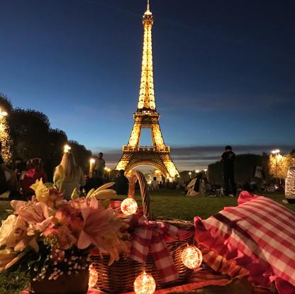 Picnic em Paris noturno