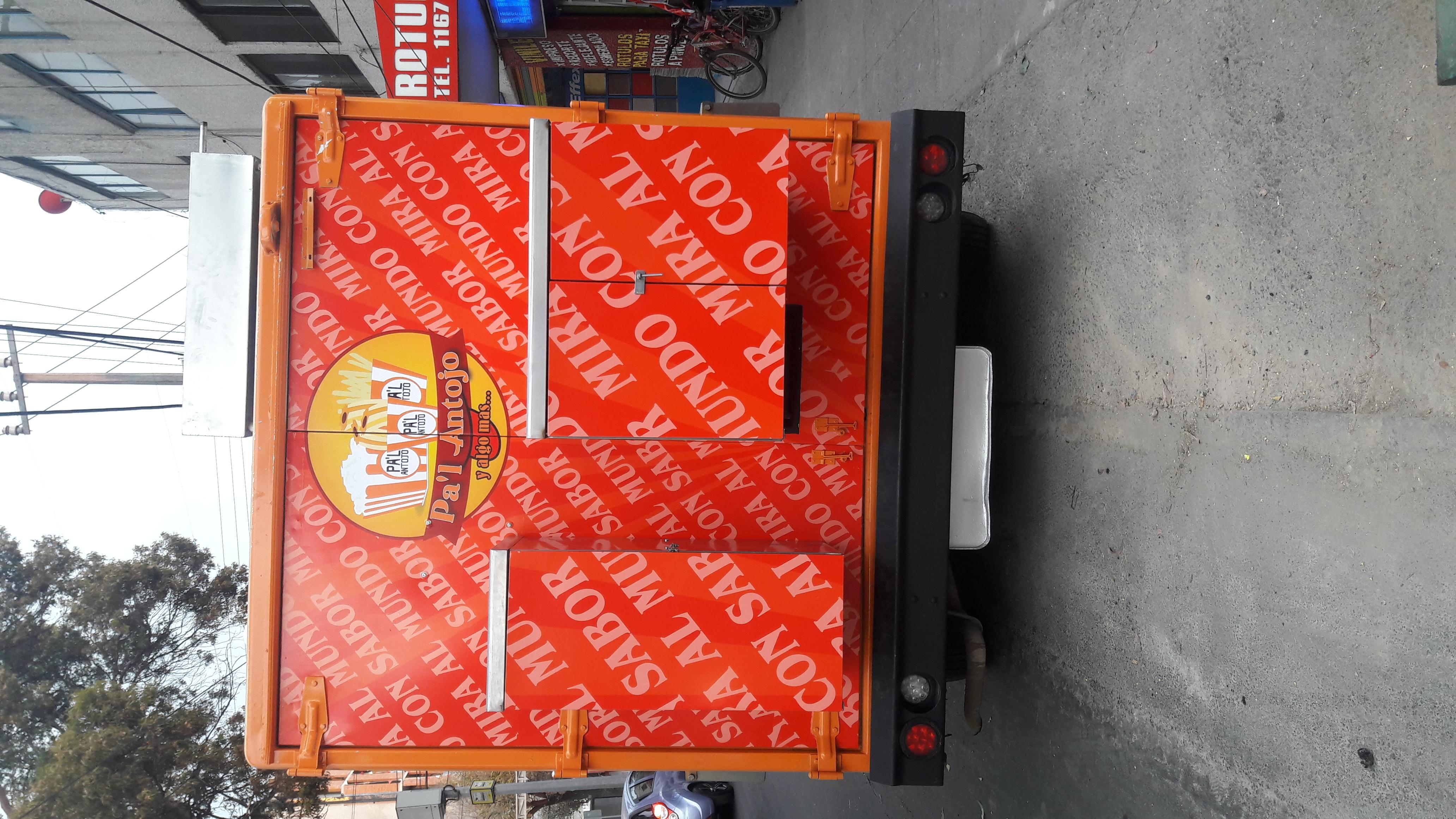 vehiculo comercal forrado de vinilo