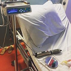 Marlous onzichtbaar in ziekenhuisbed.jpg