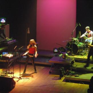 Belooga sur la scène de la salle Olympe de Gouges
