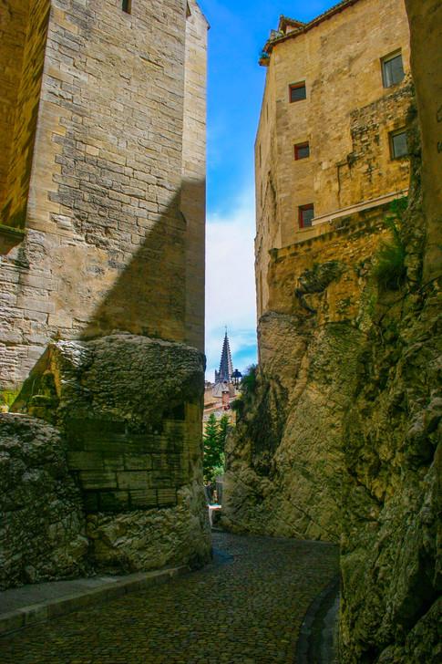 Rue de la Peyrolerie & Tower; Avignon