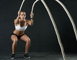 フィットネスロープを持つ女性