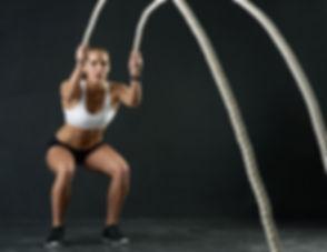 Mujer con cuerdas de fitness