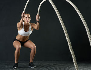 Frau mit Fitnessseilen