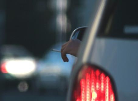 Sabia que fumar ao volante pode dar multa?