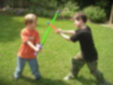 מריבות בין אחים - כלי עשה ואל תעשה להורים וגם טיפים חשובים להתייחסות. קראו את כל הטיפים. רימון מרכז מומחים להדרכת הורים