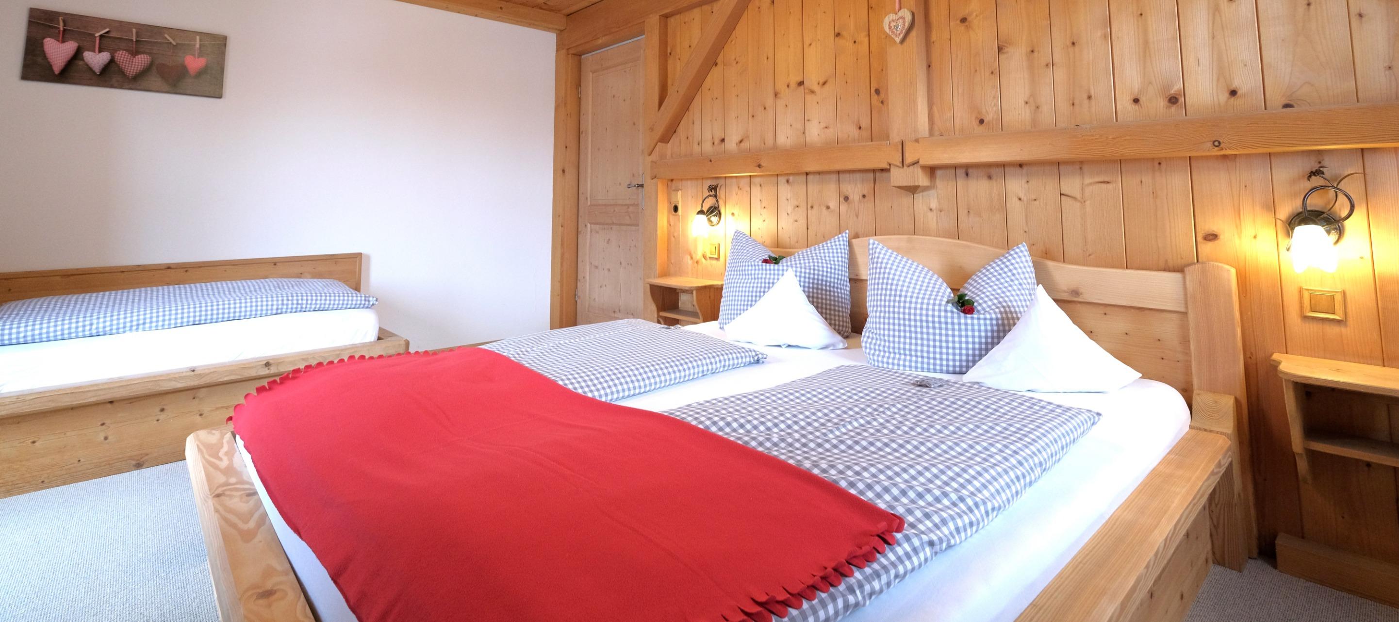 Schlafzimmer mit 3 Betten