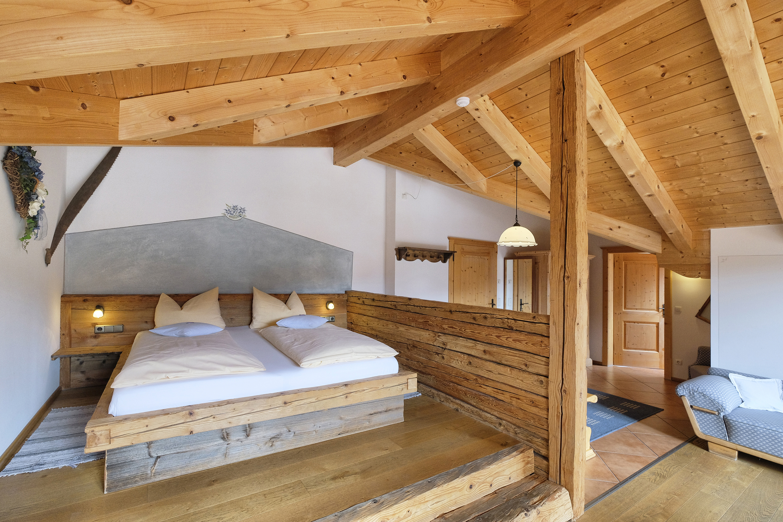 Holzpodest mit Bett