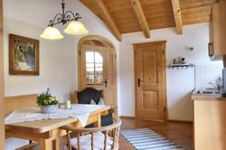 Helle Küche, großzügiger Essbereich