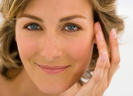Stralende vrouw, ideale huid rondom de ogen