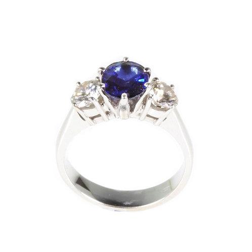 Anello con zaffiro centrale e diamanti