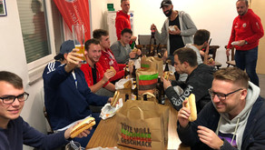 FC Domstadt Seniorenkader freut sich über Burger zur Mannschaftssitzung