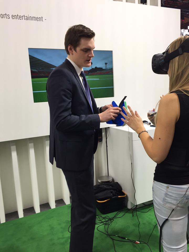 Lisa testet den virtuellen Fussballer mit VR-Brille