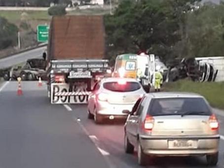 Caminhões batem na Rodovia Bandeirantes