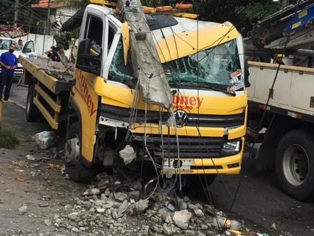 Caminhão derruba poste e provoca apagão na divisa