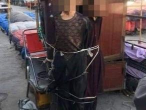 Jovens esfomeados roubam pão e são amarrados em poste