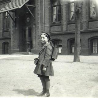 Borchert vor der Schule 1930