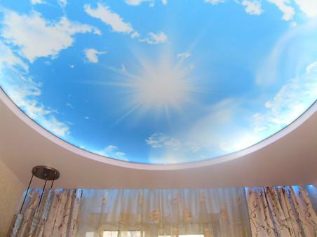 Двухуровневый натяжной потолок с фотопечатью и RGB подсветкой ниши