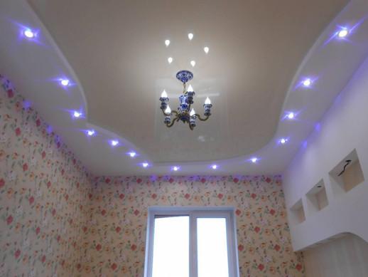 Двухуровневый натяжной потолок с точечными светильниками