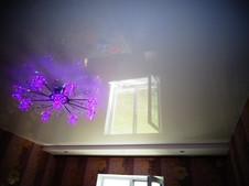 Глянцевый натяжной потолок с нишей и точечными светильниками