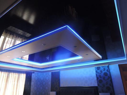 двухуровневый потолок в зале с синей подсветкой