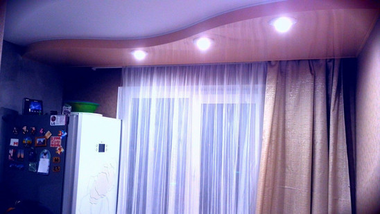 Двухуровневый натяжной потолок с точечными светильниками и нишей