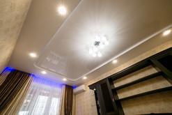 Двухуровневый натяжной потолок с нишей и точечными светильниками