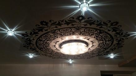 Фотопечать на потолке с люстрой и светильниками
