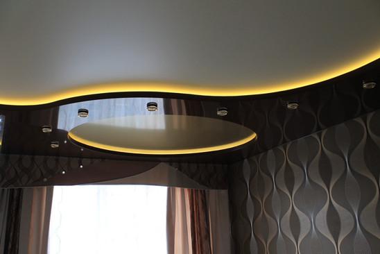 Цветной двухуровневый потолок с подсветкой в зале