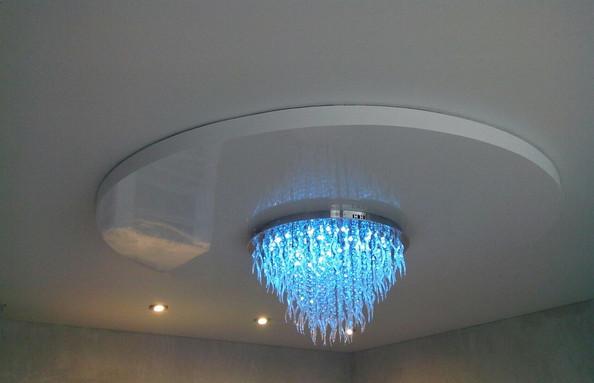 Двухуровневый натяжной потолок с точечными светильниками и люстрой