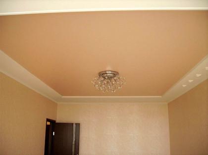 цветной матовый потолок с люстрой