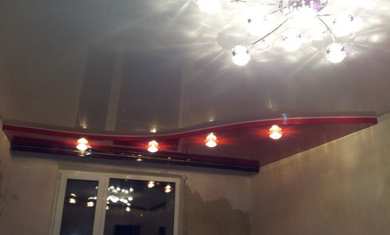 двухуровневый потолок с люстрой и светильниками