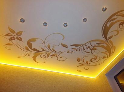 Парящий потолок с фотопечатью и точечными светильниками