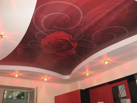 Фотопечать на потолке на кухне в уровне